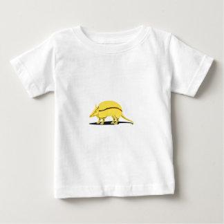 Armadillo amarillo/de oro con la raya negra en playera de bebé