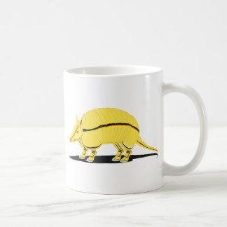 Armadillo amarillo/de oro con la raya negra en taza de café