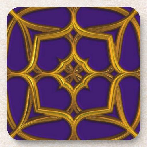 Armadura céltica del oro en fondo púrpura posavasos de bebidas