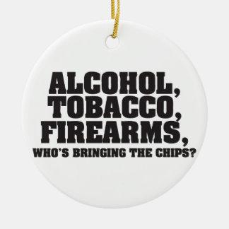 Armas de fuego del tabaco del alcohol, que está tr ornamentos para reyes magos
