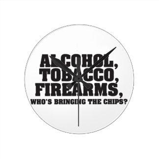 Armas de fuego del tabaco del alcohol, que está tr reloj redondo mediano