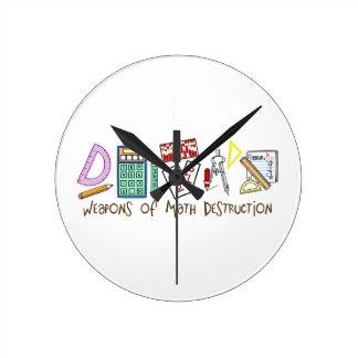 Armas de la destrucción de la matemáticas reloj redondo mediano