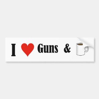 Armas y café del corazón I Etiqueta De Parachoque