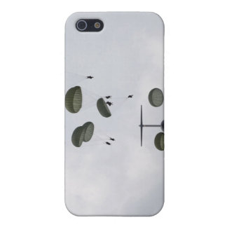 Army Soldiers jump out of a C-17 Globemaster II Cover For iPhone SE/5/5s