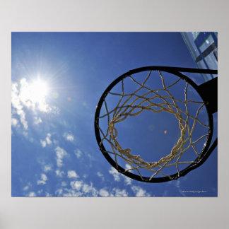 Aro de baloncesto y el Sun, contra el cielo azul Póster
