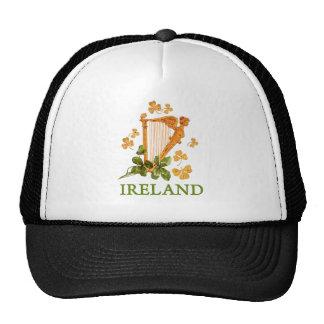 Arpa irlandesa de oro con los tréboles de oro y gorro de camionero