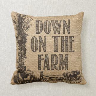 Arpillera abajo en la granja cojín