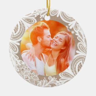 Arpillera del vintage y ornamento del cordón adorno navideño redondo de cerámica