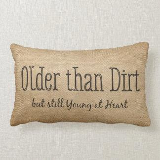 Arpillera más vieja que jóvenes de la suciedad en almohada