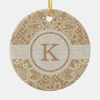 Arpillera y cordón con el monograma adorno navideño redondo de cerámica