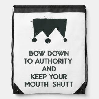 Arquee abajo a la autoridad y mantenga su boca mochila
