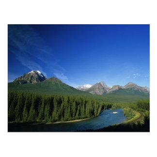 Arquee el río cerca del parque nacional de Banff e Postal
