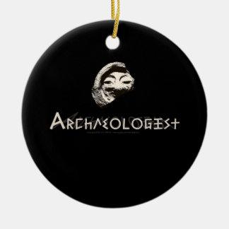 Arqueólogo en letras griegas primitivas adorno navideño redondo de cerámica