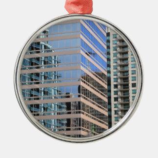 Arquitectura moderna de la ciudad adorno navideño redondo de metal