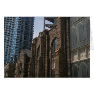 Arquitectura que pone en contraste tarjeta de felicitación