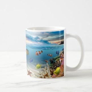 Arrecife de coral subacuático con los pescados taza de café