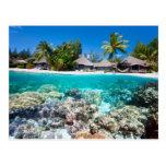 Arrecife de coral y un centro turístico tropical tarjeta postal