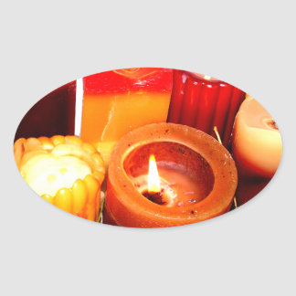Arreglo de la vela y de la hoja del otoño pegatina ovalada