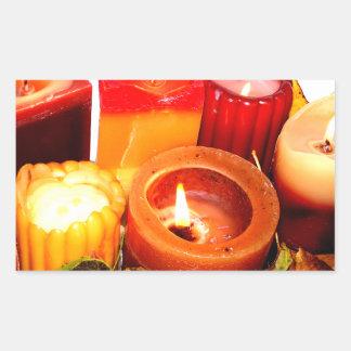 Arreglo de la vela y de la hoja del otoño pegatina rectangular