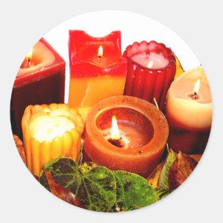 Arreglo de la vela y de la hoja del otoño pegatina redonda