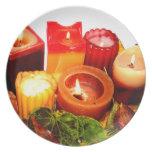 Arreglo de la vela y de la hoja del otoño platos de comidas