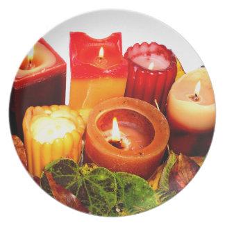 Arreglo de la vela y de la hoja del otoño plato de comida