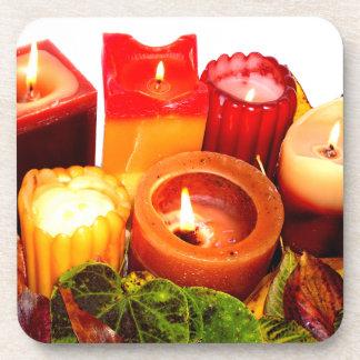 Arreglo de la vela y de la hoja del otoño posavasos de bebida