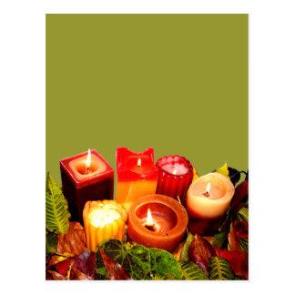 Arreglo de la vela y de la hoja del otoño tarjeta postal
