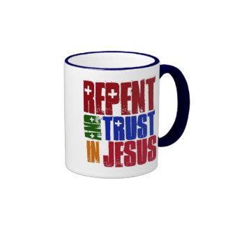 Arrepiéntase y confíe en en Jesús Taza De Dos Colores