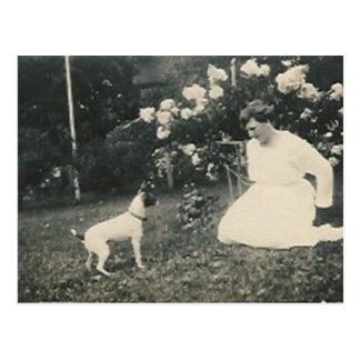 arrodillamiento de la mujer y postal del perro