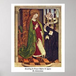 Arrodillamiento en rezo antes de St Inés. Por Póster