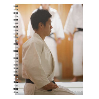 Arrodillamiento principal del judo en una estera libro de apuntes