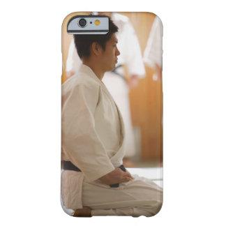 Arrodillamiento principal del judo en una estera funda de iPhone 6 barely there
