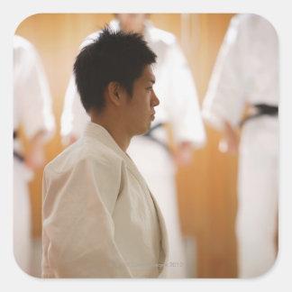 Arrodillamiento principal del judo en una estera pegatina cuadrada