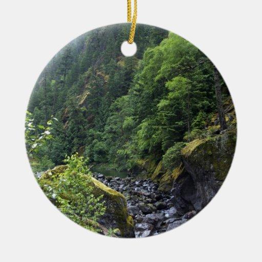 Arroyo de la montaña adorno navideño redondo de cerámica