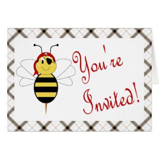 ¡Arrr! La abeja manosea la invitación de la fiesta Tarjetón