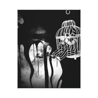 Arte abstracto del horror - muñeca en jaula de la lona envuelta para galerías