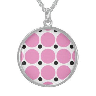 Arte abstracto del lunar rosado retro collar