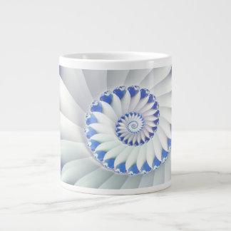 Arte abstracto hermoso de Shell del mar azul y bla Taza Extra Grande