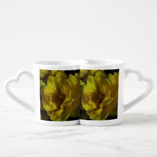 Arte amarillo del tulipán tazas para parejas