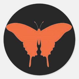 Arte anaranjado de la mariposa pegatina redonda