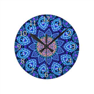 Arte azul adornado del caleidoscopio de las reloj redondo mediano