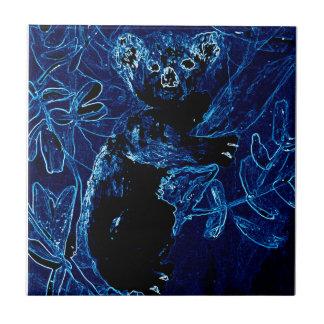 Arte azul del abrazo del árbol de la koala azulejo cuadrado pequeño