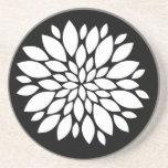 Arte bonito de los pétalos de la flor blanca en ne posavasos para bebidas