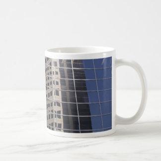 Arte brillante de la ventana del rascacielos del n taza de café