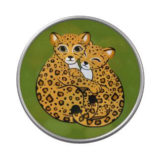 Arte de abrazo de Cubs del leopardo de Amur Latas De Dulces