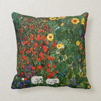 Arte de Gustavo Klimt - cultive el jardín con los Cojín Decorativo