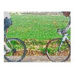 Arte de la bicicleta, 2 ciclistas y fondo verde tarjetas postales