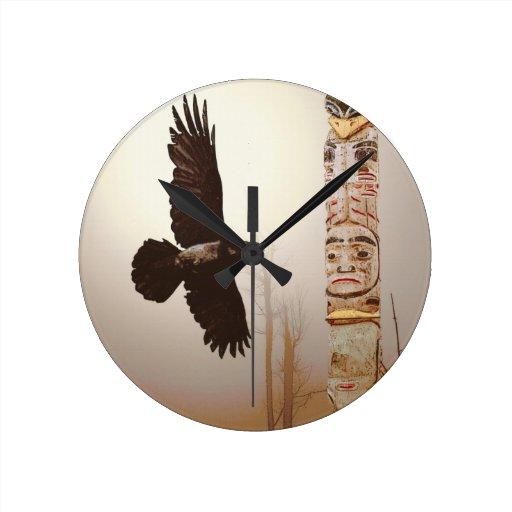 Arte de la fantasía del cuervo que vuela y del reloj redondo mediano