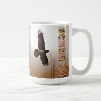 Arte de la fantasía del cuervo que vuela y del taza básica blanca